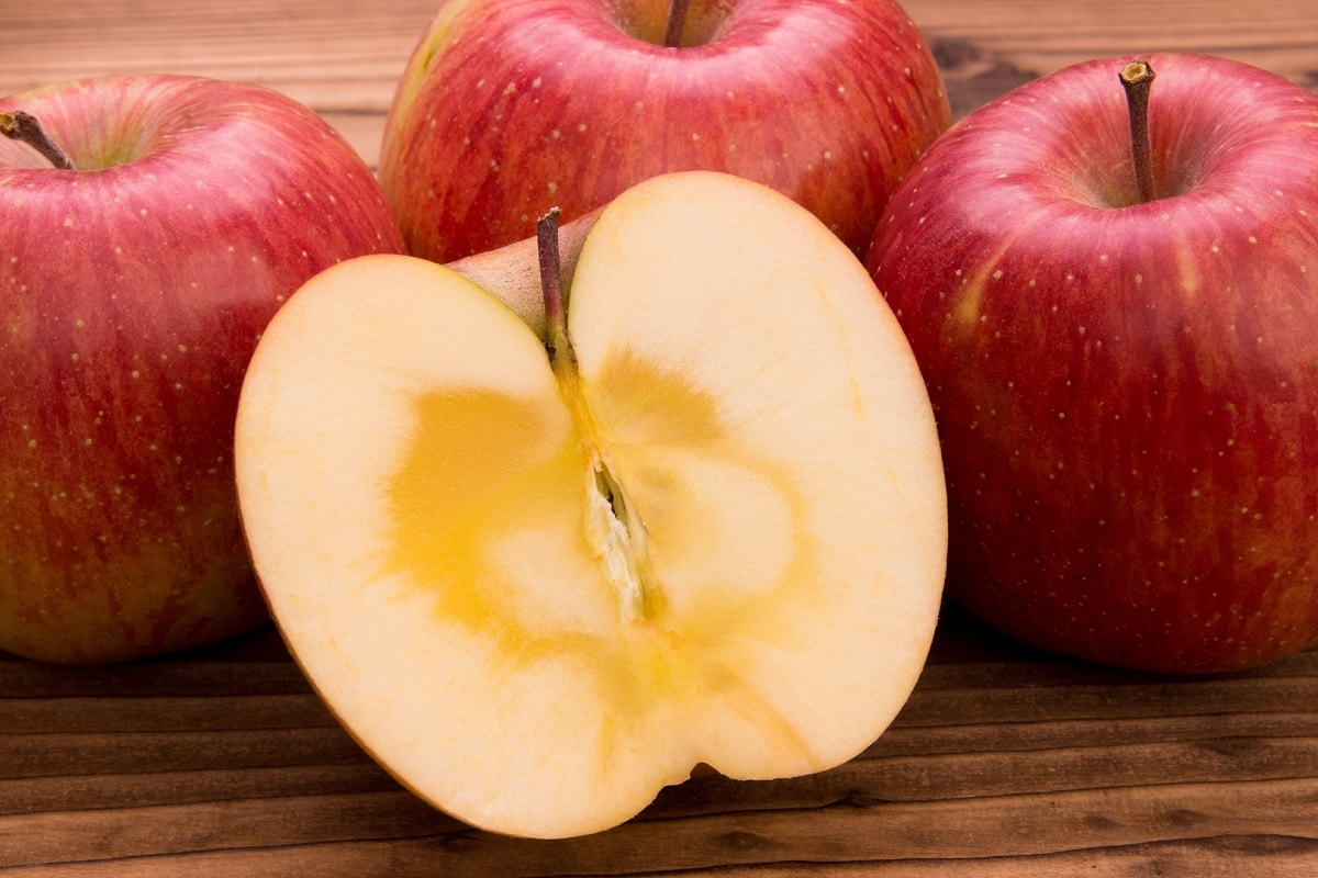 りんごを皮ごと食べてりんごの栄養素ポリフェノールを余さず食べる!