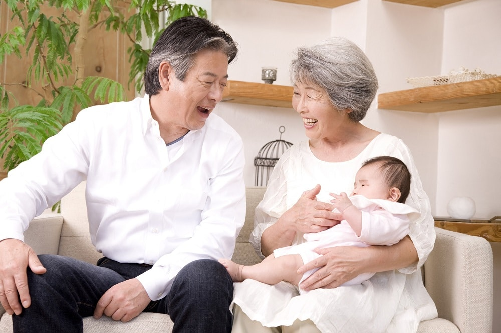 孫の出産祝いはどれくらい?相場やオススメのお祝いを紹介